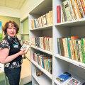 Raamatukogu töötaja Evelin Kübard vaatab, palju raamatuid väravaraamatukogus juba on.