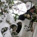 Elektrik püüab lumevangis katkenud voolu taastada.