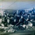Abiorganisatsiooni Ühistöö vabatahtlikud 1919. aasta detsembris sõduritele jõuludeks kingipakke komplekteerimas.