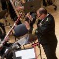 Peeter Saan juhatamas orkestrit Estonias kaitseväe 95. aastapäeval.