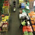Puu- ja juurviljad Londoni supermarketis.