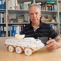 SELLEST OLEKS VÕINUD SAADA EESTI ENERGIARELV: Professor Jaan Järvik tutvustab soomukile kinnitatud suurt sõela meenutava neutralisaatori maketti. Vallo Kruuser