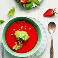 Maasika-gazpacho basiilikujäätisega