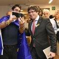 Carles Puigdemont eile Brüsselis fännipilti tegemas.