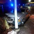 DELFI FOTOD: Algaja ja joobes BMW juhi põgenemise politsei eest lõpetas tänavapost