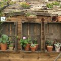 Naturaalsed materjalid on moes. Vanad kastid on kasutusel riiulitena.