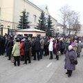 ФОТО: У генконсульства РФ в Нарве выстроилась огромная очередь