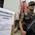 Relvastatud peruu politseinik valvab konfiskeeritud kokaiinilaadungit. Foto on illustratiivne.