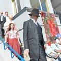DELFI FOTOD ja VIDEO: President Ilves saabus perega tuhandete tantsupeoliste sekka, riigipea sai naiselt nutitelefoni näppimise eest pragada