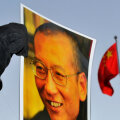 Meeleavaldaja hoiab Liu Xiaobo pilti Oslos Hiina saatkonna ees