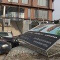 DELFI FOTOD: Tugev tuul kukutas suure reklaamsildi Tallinna kesklinnas parkinud autole