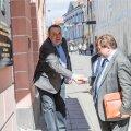 Aleksandr Kornilov (vasakul) tervitab Vene saatkonna trepil kaasmaalaspoliitika juhti Oleg Malginovi.