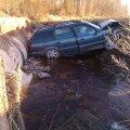 FOTOD: Tartumaal sai uhutud tee tõttu auku sõitnud autos vigastada 7-aastane poiss ja veel kolm reisijat