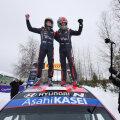 Ott Tänak (paremal) ja Martin Järveoja Arktika ralli võitu tähistamas.