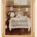 Naised kohvilauas 1910. aastal. Foto Mahtra Talurahvamuuseum.