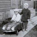 Kai Vahter poseerib uue autoga. Sellist masinat omada oli igale lapsele tõeline au!