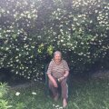 See pilt on tehtud kevadel 2019. Ema selja taga on 70aastane ebajasmiinipõõsas.