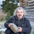 Hariliku maarjaohaka seemned on väärt kraam, kinnitab Emil Rutiku. Tema arvates vajavad kõik tänapäeva inimesed maarjaohakat aianurka, et aeg-ajalt oma maksa tugevdada.