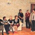 Kaja Mõtsnik (paremal) tervitab külalisi Ingliste mõisa aidas. Foto: Aare Hindremäe
