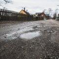 Ka linnaelanikele pole teeaugud võõras mure. Tartu linna Jänese tänava elanikud kurtsid, et nende pinnasekattega tänav on samuti auklik.