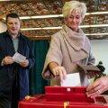 Läti president Raimonds Vejonis ning tema abikaasa Iveta valimispäeval hääletamas Ogre linnas, Riia vahetus läheduses