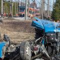 MAN-i veoauto põrkas kaks korda vastu rongi ja jäi siis raudtee kõrvale kortsu. Autojuht suri õnnetuses. Taamal rongis hukkus 43-aastane naine. Rongiliiklus võib olla häiritud veel tänagi.