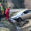 FOTOD: Purjutav seltskond sõitis Saaremaal autoga kraavi