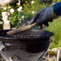 Grilli võib puhastada tugeva traatharjaga.