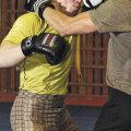 Võitluskunsti treener Jorgen Matsi (kollases särgis) teeb treeningul hoolealustega harjutusi kaasa.
