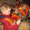 Lasteaia lapsed valmistumas jõuludeks – vorstitegu