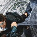 Tom Cruise järjekordsel võimatul missioonil pilvelõhkuja küljes rippumas.