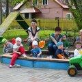 Lapsevanem Tui Hirv, õpetaja Anneli Sirel ja üks lastehoiu pidajatest Anneli Piirsalu koos sel päeval kohal olnud lastega Kolme Rähni aias