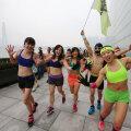 Vähemalt niisama värvikalt kui Hiina kuukalendri  looma-aasta algust, tähistavad hiinlased ka talvist pööripäeva. Fotol jooksevad pesuväel pidulised pööripäeva eel võidu vastu talvele Loode-Hiinas Chongqingis.