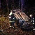 Viljandimaal paiskus auto kraavi katuse peale