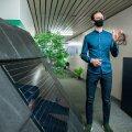 Eesti roheidudele meeldivad väga päikeseenergial põhinevad lahendused, neid on keskuses mitu. Neid tutvustab pildil Cleantech Estonia juht Erki Ani.