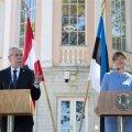 KOPTER SEGAS: Kersti Kaljulaid ja Alexander Van der Bellen Kadrioru roosiaias pressikonverentsil.