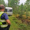 Metsa hiilinud rallifännide buss.