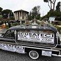 """Matuseauto Roomas möödunud kuu keskel meeleavaldusel, peal kiri: """"Vabandust, kuid nad ei luba meil teie lähedasi matta""""."""
