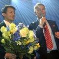 Pekka Haavisto ja tema elukaaslane Nexar Antonio Flores toetajate ees pärast esimest valimisvooru kahe nädala eest
