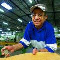 BRASIILIA SPETS TUNNEB ASJA: Pedro Marques de Azevedo mõõdab, kas masin lõigub spooni ikka piisavalt õhukeseks. Tiit Blaat