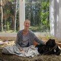 KARIN JA FRIDA: Karin Alliksaar klaasist kasvuhoones koos inglise hurda Fridaga.