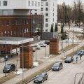 """PIIRANGUTE VASTU: 20. märtsil said ka Tartu ülikooli kliinikumi koroonapatsiendid haigla aknast imetleda, kuidas """"Eestimaad vabaks sõidetakse""""."""