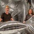 WARHOLI PILVEDES: kuraatorid Marian Kivila (vasakul) ja Sandra Jõgeva hõljuvad hõbepilvede installatsioonis.