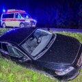 ФОТО | Машина вылетела в кювет. Нетрезвый мужчина в салоне утверждает, что он - лишь пассажир
