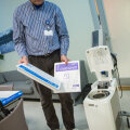 PERH-i anestesioloogiakliiniku juhataja dr Valdo Toome näitab spetsiaalset jahutusseadet, mis ajutraumaga patsiendi kehatemperatuuri alandab.