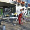 ФОТО DELFI: Стекло из окна торгового центра Solaris упало прямо на тротуар