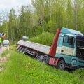 Viljandimaal sõitis veok kraavi rehvi lõhkemise tõttu.