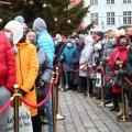 Rahvast oli jõulupuu all esimest adventi vastu võtmas murdu.