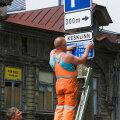 Peamiselt Tallinna linnalt tellimusi saav Signaal teenis mullu 200 000 eurot puhaskasumit. Fotol kleebitakse parkimise kroonihindadele juurde eurohindu.