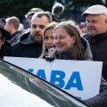 Meeleavaldajad tundsid huvi ka autoga riigikogu hoovi sõitvate saadikute vastu